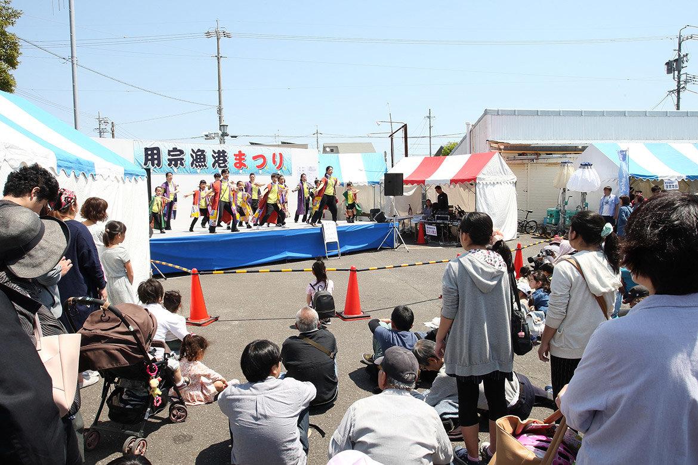 地元ダンスグループや太鼓などのステージ